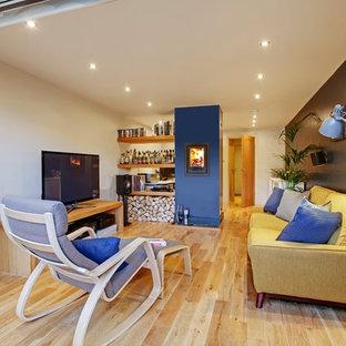 他の地域の小さいおしゃれなアトリエ・スタジオ (マルチカラーの壁、竹フローリング、薪ストーブ、漆喰の暖炉まわり、自立型机) の写真