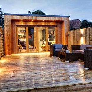Ispirazione per un piccolo atelier con pareti multicolore, pavimento in bambù, stufa a legna, cornice del camino in intonaco e scrivania autoportante