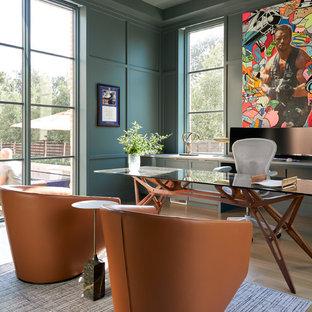 Modelo de despacho tradicional renovado, de tamaño medio, sin chimenea, con paredes verdes, suelo de madera clara, escritorio independiente y suelo beige