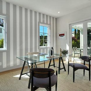 ロサンゼルスのコンテンポラリースタイルのおしゃれなホームオフィス・書斎 (塗装板張りの壁) の写真