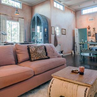 Idéer för stora vintage hemmastudior, med rosa väggar, mörkt trägolv, en standard öppen spis, en spiselkrans i trä och ett fristående skrivbord