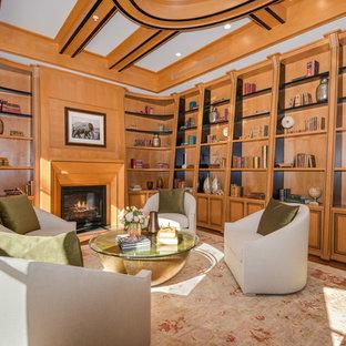 ロサンゼルスのコンテンポラリースタイルのおしゃれなホームオフィス・書斎 (無垢フローリング、標準型暖炉、木材の暖炉まわり、ライブラリー) の写真