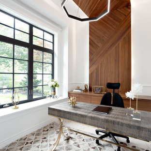 Réalisation d'un petit bureau design en bois avec un mur blanc, un sol en carrelage de porcelaine, un bureau indépendant, un sol blanc et un plafond en bois.
