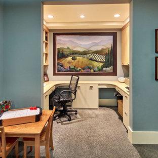 Idee per un ufficio mediterraneo di medie dimensioni con pareti grigie, moquette e scrivania incassata