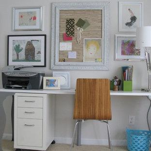 Foto di uno studio stile shabby con pareti bianche, moquette e scrivania autoportante