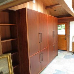サンフランシスコの中くらいのおしゃれなホームオフィス・書斎 (ライブラリー、茶色い壁、スレートの床、暖炉なし) の写真