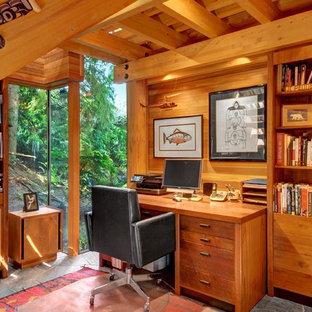 Inspiration för rustika hemmabibliotek, med ett fristående skrivbord