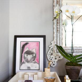 ダラスの中サイズのシャビーシック調のおしゃれなホームオフィス・仕事部屋 (グレーの壁、カーペット敷き、自立型机、ベージュの床) の写真