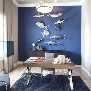 他の地域の中サイズのビーチスタイルのおしゃれな書斎 (青い壁、自立型机) の写真