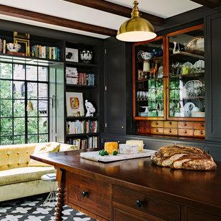 ポートランドのトラディショナルスタイルのおしゃれなホームオフィス・書斎 (自立型机、黒い床) の写真