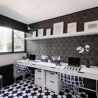 ロンドンの中サイズのエクレクティックスタイルのおしゃれな書斎 (黒い壁、自立型机、カーペット敷き、マルチカラーの床) の写真