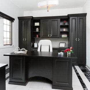 Inspiration för mellanstora moderna arbetsrum, med vita väggar, marmorgolv och ett fristående skrivbord