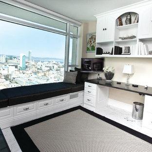 サンフランシスコの中くらいのコンテンポラリースタイルのおしゃれな書斎 (白い壁、大理石の床、暖炉なし、造り付け机、白い床) の写真