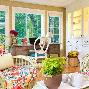Идея дизайна: кабинет среднего размера в классическом стиле с зелеными стенами, светлым паркетным полом, отдельно стоящим рабочим столом, коричневым полом и обоями на стенах