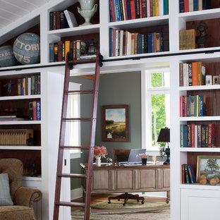 Idee per uno studio tradizionale con pareti grigie, parquet scuro e scrivania autoportante