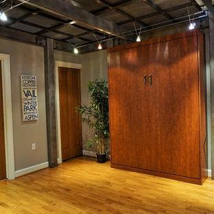 デンバーの小さいミッドセンチュリースタイルのおしゃれなホームオフィス・書斎 (グレーの壁、無垢フローリング、黄色い床、自立型机) の写真