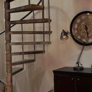 Foto di un piccolo studio moderno con pareti grigie, pavimento in legno massello medio, scrivania autoportante e pavimento giallo