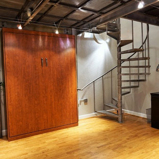 Ispirazione per un piccolo studio moderno con pareti grigie, pavimento in legno massello medio, pavimento giallo e scrivania autoportante