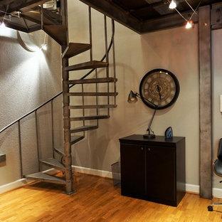 デンバーの小さいミッドセンチュリースタイルのおしゃれなホームオフィス・書斎 (グレーの壁、無垢フローリング、自立型机、黄色い床) の写真