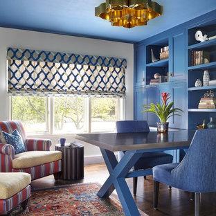 Ispirazione per uno studio con pareti bianche, parquet scuro, scrivania incassata e pavimento marrone