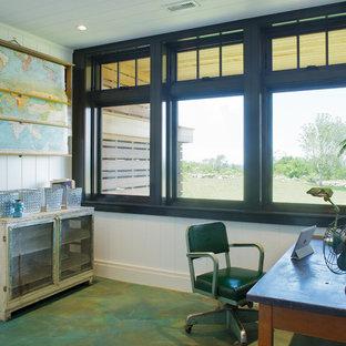 ボストンのトラディショナルスタイルのおしゃれなホームオフィス・仕事部屋 (コンクリートの床、ターコイズの床) の写真