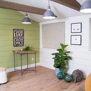 シアトルの小さいカントリー風おしゃれなアトリエ・スタジオ (緑の壁、淡色無垢フローリング、自立型机) の写真