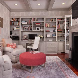 アトランタの中サイズのトラディショナルスタイルのおしゃれなホームオフィス・書斎 (無垢フローリング、両方向型暖炉、造り付け机、ライブラリー、マルチカラーの壁) の写真