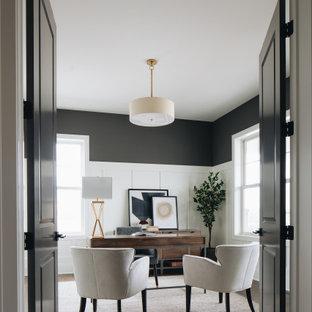 Diseño de despacho boiserie, tradicional renovado, boiserie, con paredes grises, suelo de madera oscura, escritorio independiente, suelo marrón y boiserie