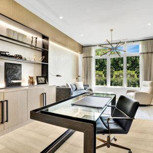 Aménagement d'un grand bureau contemporain en bois avec un mur beige, un sol en bois clair, un bureau indépendant et un sol beige.