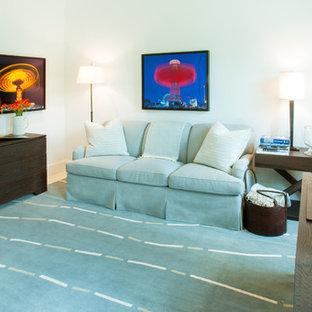 Idee per un ufficio mediterraneo di medie dimensioni con pareti bianche, pavimento in travertino e scrivania autoportante