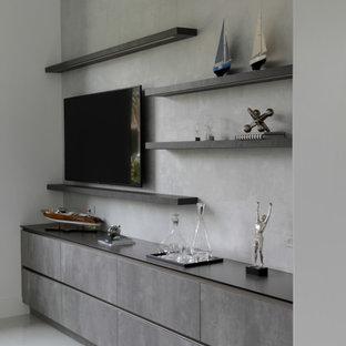 Immagine di uno studio contemporaneo di medie dimensioni con libreria, pareti bianche, pavimento con piastrelle in ceramica, scrivania autoportante e pavimento grigio