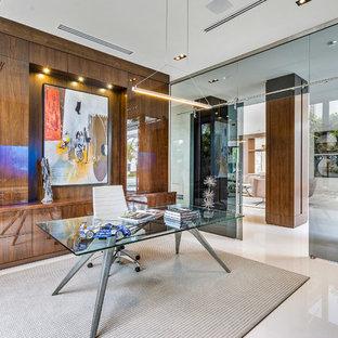 マイアミの大きいコンテンポラリースタイルのおしゃれな書斎 (大理石の床、自立型机、白い床、茶色い壁) の写真