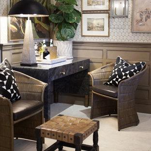 Idée de décoration pour un bureau bohème de taille moyenne avec un mur multicolore, un sol en bois clair, aucune cheminée, un bureau indépendant, un sol blanc, du papier peint et un plafond en poutres apparentes.