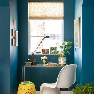 ミネアポリスの小さいエクレクティックスタイルのおしゃれな書斎 (青い壁、自立型机、淡色無垢フローリング、ベージュの床) の写真
