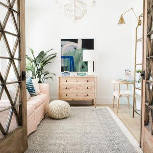 Свежая идея для дизайна: маленькая домашняя мастерская в скандинавском стиле с белыми стенами, полом из ламината, отдельно стоящим рабочим столом и бежевым полом - отличное фото интерьера