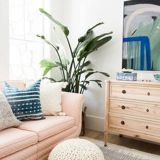 Cette image montre un petit bureau nordique de type studio avec un mur blanc, sol en stratifié, un bureau indépendant et un sol beige.