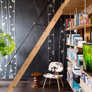 Industrial Arbeitszimmer mit dunklem Holzboden und braunem Boden in Toronto