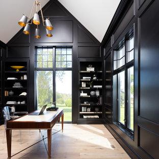 Пример оригинального дизайна: кабинет в стиле модернизм с черными стенами, светлым паркетным полом и отдельно стоящим рабочим столом