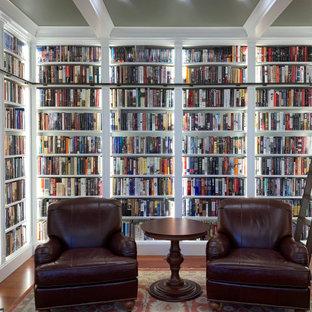 На фото: домашняя библиотека среднего размера в классическом стиле с зелеными стенами, паркетным полом среднего тона, оранжевым полом, кессонным потолком и панелями на части стены