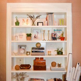 Idee per un ufficio di medie dimensioni con pareti rosa, parquet scuro, nessun camino, scrivania autoportante e pavimento marrone