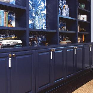 サンディエゴの小さいトランジショナルスタイルのおしゃれなホームオフィス・書斎 (ライブラリー、グレーの壁、クッションフロア、自立型机、茶色い床) の写真
