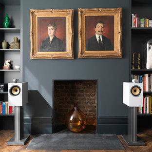 Esempio di un grande studio classico con pareti bianche, parquet scuro, camino classico e cornice del camino in intonaco