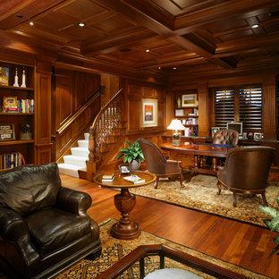 Inspiration för mycket stora klassiska arbetsrum, med mörkt trägolv och ett fristående skrivbord