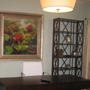 Esempio di un ufficio tropicale di medie dimensioni con pareti grigie