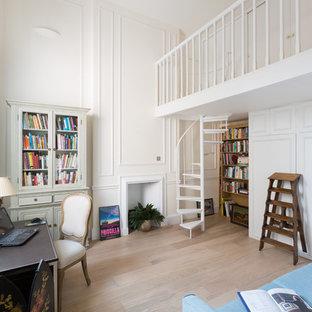 ロンドンの中サイズのトラディショナルスタイルのおしゃれなアトリエ・スタジオ (自立型机、ベージュの壁、淡色無垢フローリング、暖炉なし、木材の暖炉まわり、茶色い床) の写真