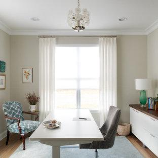 Diseño de despacho tradicional renovado, de tamaño medio, sin chimenea, con paredes grises, moqueta, escritorio independiente y suelo azul