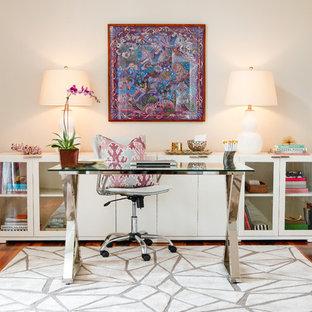 Idee per uno studio tradizionale con pareti beige, parquet scuro e scrivania autoportante