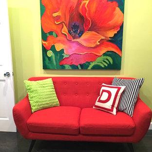 ロサンゼルスの中サイズのコンテンポラリースタイルのおしゃれなホームオフィス・書斎 (緑の壁、磁器タイルの床、自立型机) の写真