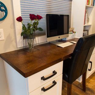 ポートランドの小さいトランジショナルスタイルのおしゃれなホームオフィス・仕事部屋 (グレーの壁、ラミネートの床、造り付け机) の写真