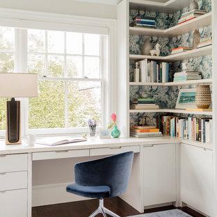 Immagine di uno studio chic di medie dimensioni con pareti bianche, scrivania incassata, libreria e parquet scuro